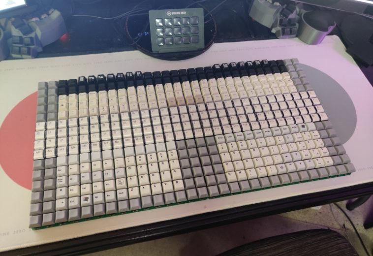 Энтузиаст собрал клавиатуру с 450 клавишами