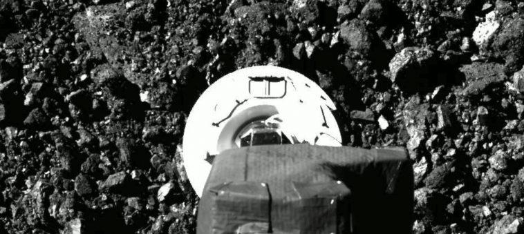 НАСА показало первые кадры процедуру забора грунта зондом OSIRIS-REx с околоземного астероида Бенну