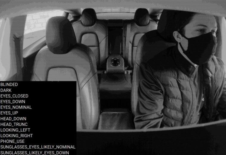 В коде электромобиля Tesla нашли признаки того, что c помощью селфи камеры система может оценивать состояние водителя