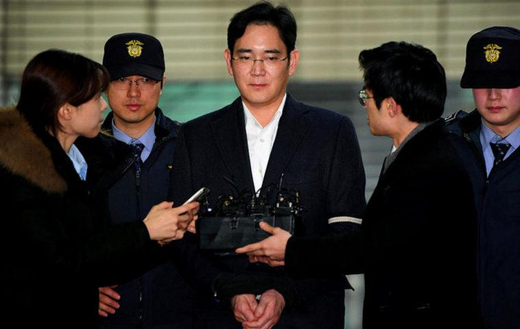 Глава Samsung получил 2,5 года за взятку