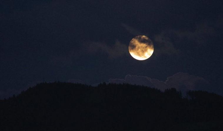 Лунные циклы связали с циклами сна человека
