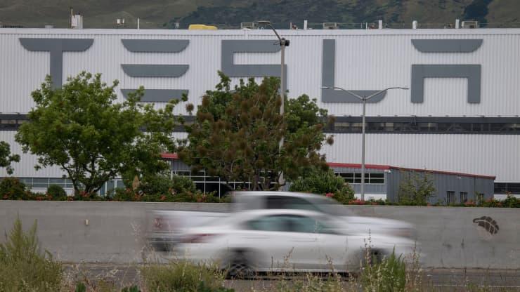 Tesla обвиняет Алекса Хатилова в краже данных, программист начал работать в компании 28 декабря, а был уволен 6 января