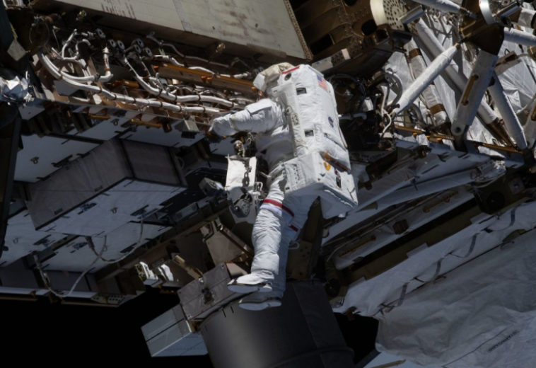 Астронавты в выходе в открытый космос обновили батареи и заменили камеры на МКС
