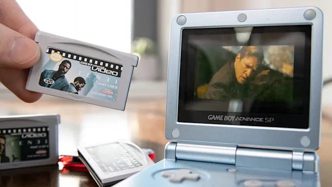 В знак протеста против призывов Нолана смотреть «Довод» в кинотеатрах блогер уместил фильм на картридж Game Boy Advance