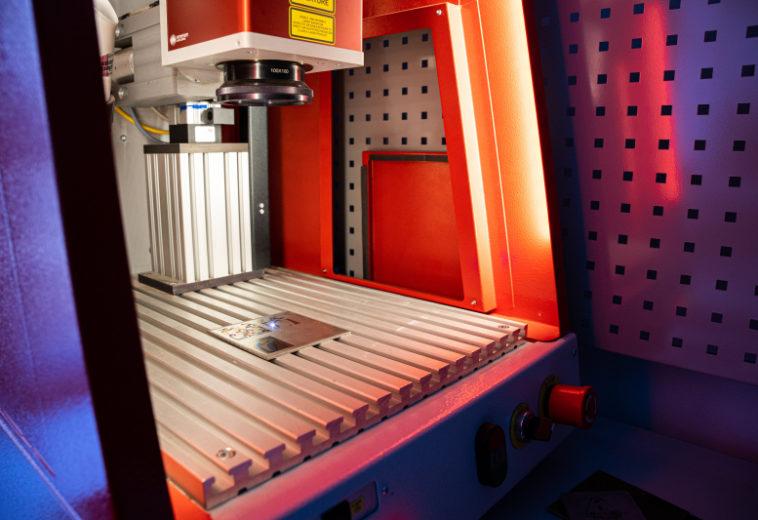 Ученые ИТМО разрабатывают лазерную «кисть», которой можно будет рисовать по металлу без краски