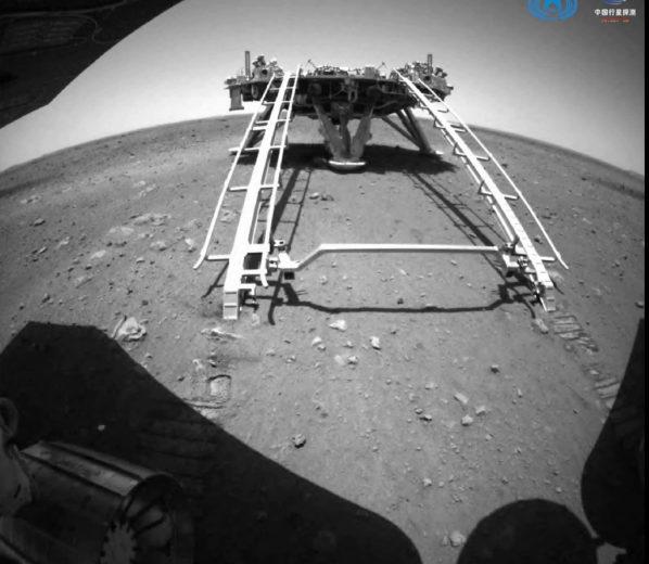 Китайский марсоход «Чжучжун» спустился с посадочной платформы на поверхность Марса