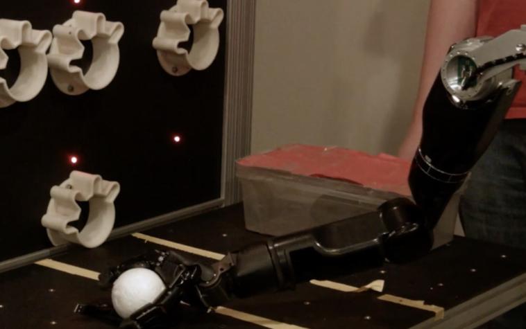 Мозговой имплантат позволяет ощутить предмет, который берет роборука