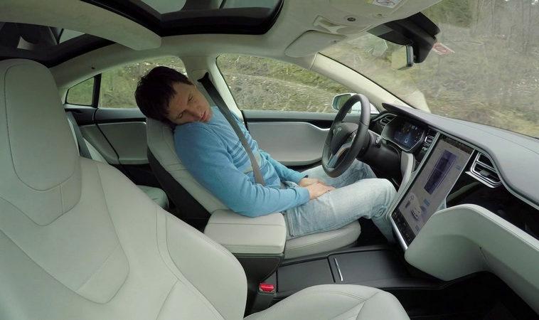 Tesla выпустила обновление с отслеживанием водителя. Маск называл трекинг глаз «неэффективным»