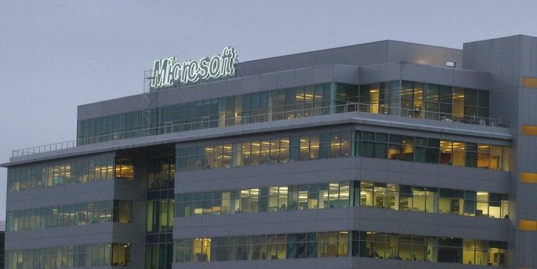 Офис Microsoft в России сократится на 15 %