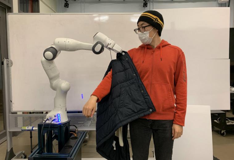 Робот из МТИ помогает одеваться людям с ограниченными возможностями