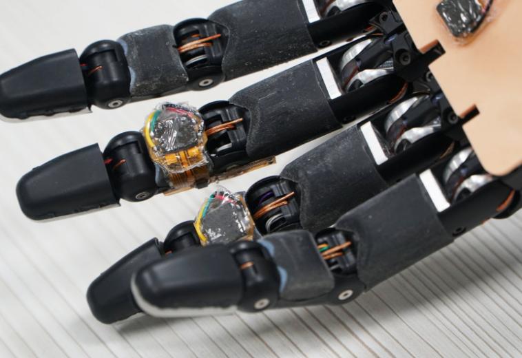 Сингапурские исследователи дали роборуке возможность чувствовать предметы и регенирировать
