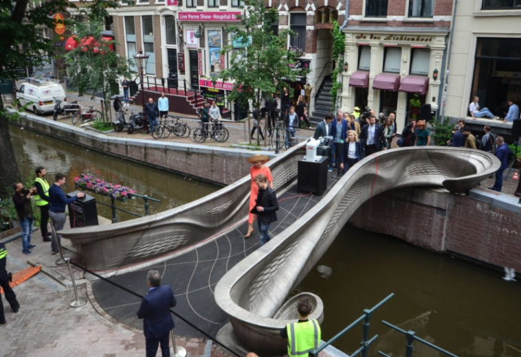 В Амстердаме открыли первый в мире распечатанный на 3D-принтере стальной пешеходный мост